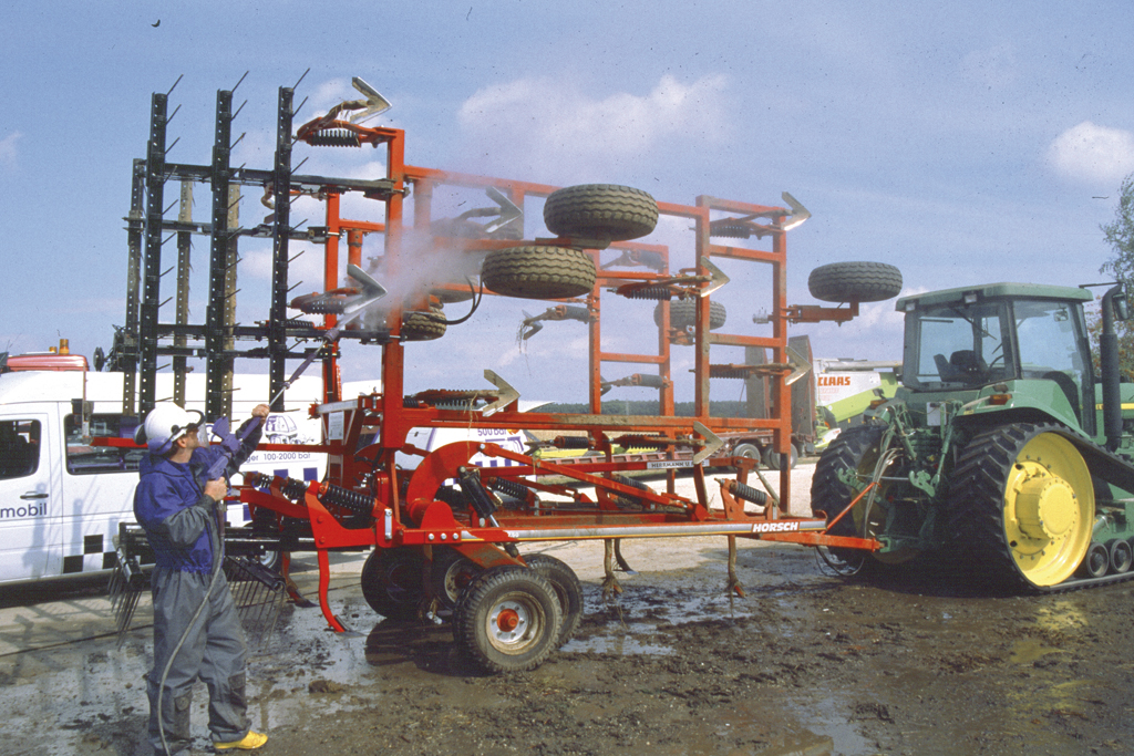 Limpieza de implementos agrícolas.